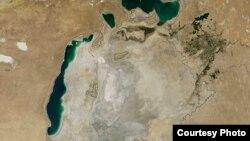 Орол денгизининг 2014 йил август ойигача бўлган ҳолати. (НАСА фотоси)