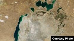 Вместо целого Аральского моря появилась крайне опасная пустыня. Фото НАСА. Август 2014 года.