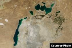 Қазақстан мен Өзбекстанға ортақ проблеманың бірі - тартылып бара жатқан Арал теңізі. (Теңіздің 2014 тамызда түсірілген суреті).