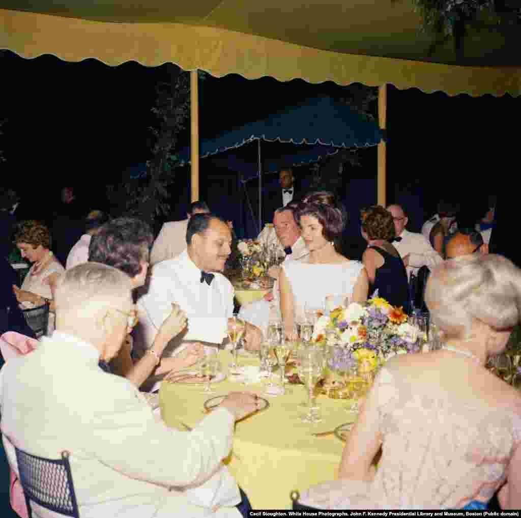 Жаклин Кеннеди и президент Пакистана Мохаммад Айюб Хан на торжественном ужине за год до исторического визита первой леди в Лахор. Тщательно культивируемые отношения между Вашингтоном и Исламабадом отчасти были связаны с борьбой за влияние в регионе между Соединенными Штатами и Советским Союзом.