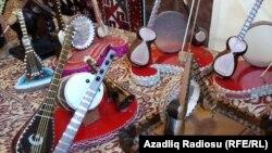 Vaqif Hüseynov: 'Sintezatorlar 250 manatdan başlayır. Gitaralar 80-150 manat arasında olur. Pianolar lap ucuzdur'