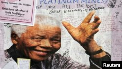 Плакат со словам поддержки Манделе у стен больницы, где он в последний раз проходил лечение