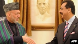 Премьер-министр Пакистана Юсуф Раза Гилани (справа) и президент Афганистана Хамид Карзай