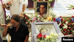 Вдова Освальдо Пайи во время похорон мужа