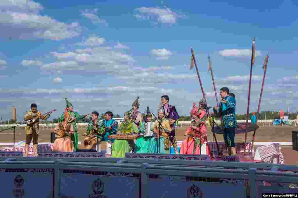 Оюндардын ачылышы Астана филорманиясынын артисттери ойногон казак күүлөрү менен башталды.