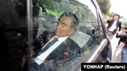 Керівник апарату Кім Чен Ина Кім Чан Сон від'їжджає з готелю в Сінгапурі.