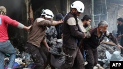 """""""Белые каски"""" ведут спасательные работы. Снимок сделан в декабре 2016 г. в провинции Идлиб"""