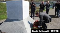 Dodik je 2015. godine u Potočarima položio cvijeće i odao počast srebreničkim žrtvama