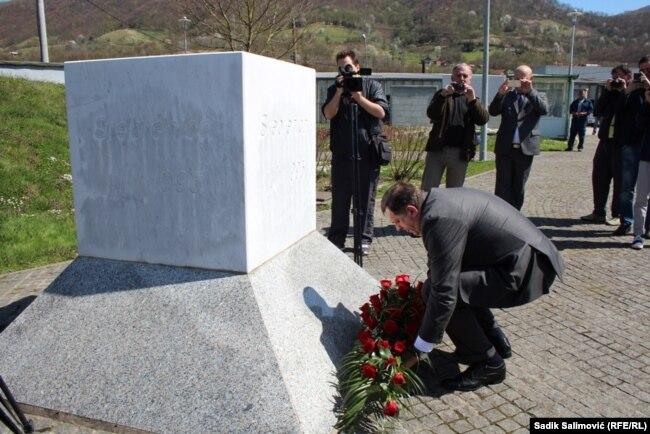 """Tabaković podsjeća da je Dodik """"priznao genocid, pa ga onda toliko iznegirao"""" (Foto: Dodik u Potočarima 2015."""