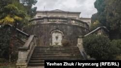 К главному фасаду дворца Мордвинова ведет величественная лестница с питьевым фонтанчиком в центре