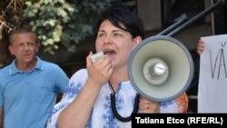 """Natalia Gavriliță, astăzi ministru de finanța, în 2018 la un protest """"Diaspora contează, Diaspora votează!"""", în fața CEC de la Chișinău"""