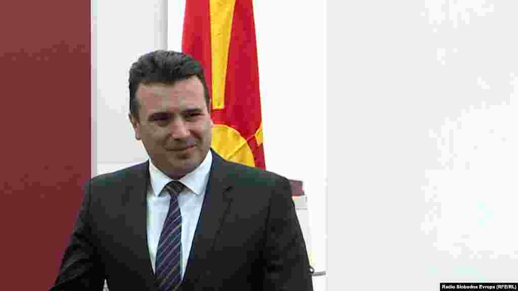МАКЕДОНИЈА - Премиерот Зоран Заев изјави дека е добро што се направиле исчекори во спорот за името, кои се огромни. Тој за време на посетата на Охрид изрази надеж дека за она што е останато за крај, а е многу сериозно и важно, ќе се изнајде решение кое ќе го почитува достоинството на двете земји и идентитетот на граѓаните. Тој порача дека Владата останува максимално посветена на процесот, но очекува поддршка и од опозицијата.