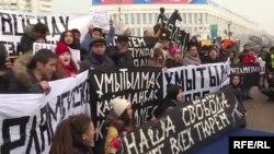 Тәуелсіздік таңы ескерткіші алдына жиналған наразылар. Алматы, 16 желтоқсан 2019 жыл.