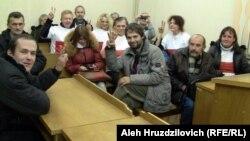 Васіль Парфянкоў (зьлева) у залі суду