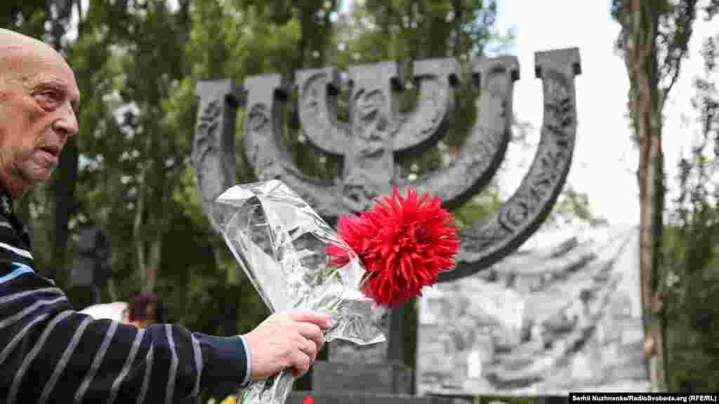 Пам'ятник «Менора» (світильник) – присвячений вбивству мирного єврейського населення Києва