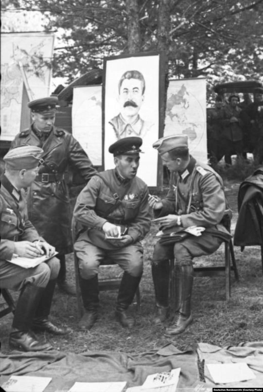 Нямецкія і савецкія вайскоўцы сустракаюцца ў Берасьці 22 верасьня 1939 году.
