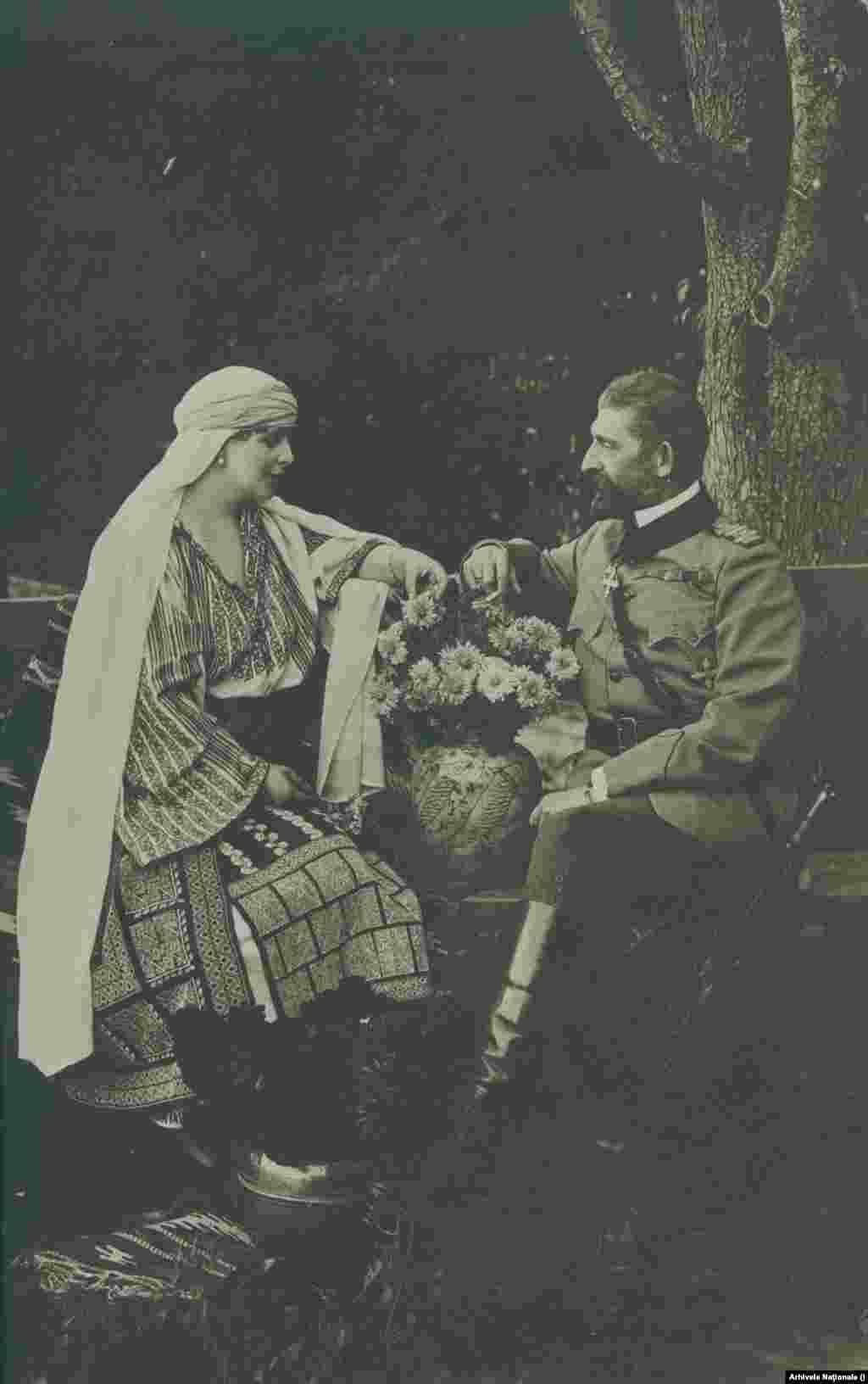 Regina Maria și Regele Ferdinand în refugiul de la Bicaz în vara lui 1918. Rezistaseră aproape doi an în fața tăvălugului german, inclusiv prin marile victorii de la Mărăști și Oituz din 1917. Dar în martie, după ce Rusia capturată de Lenin a ieșit din război, și România a fost nevoită să capituleze, prin pacea de la Buftea. Victoria finală a fost posibilă datorită unei diplomații extrem de eficiente și a unei armate păstrate pentru momentul potrivit.