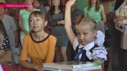 Слепая девочка учится в обычной школе с другими учениками