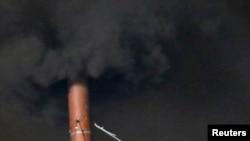 """""""Сикстин капелласи"""" мўрисидан чиқаётган қора тутун. Ватикан, 12 март 2013 йил."""