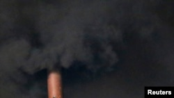 Черный дым валит из трубы на крыше Сикстинской капеллы, где кардиналы выбирают нового Папу. Ватикан, 12 марта 2013 года.