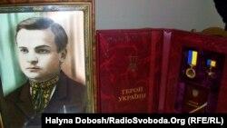 Портрет Олекси Гірника, якому в 2007 році було посмертно присвоєно звання Герой України з нагородженням орденом Держави. Нагороду отримали його сини: Маркіян і Євген Гірники