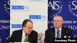 Joao Suares și Spencer Oliver la conferința de presă OSCE de la Washington
