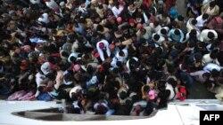 Беназир Бхуттоның зиратына келіп тәу етуші жақтастары