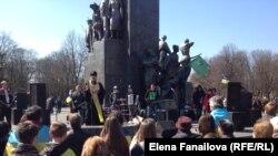 Священник и рок-музыканты у памятника Шевченко 6 апреля