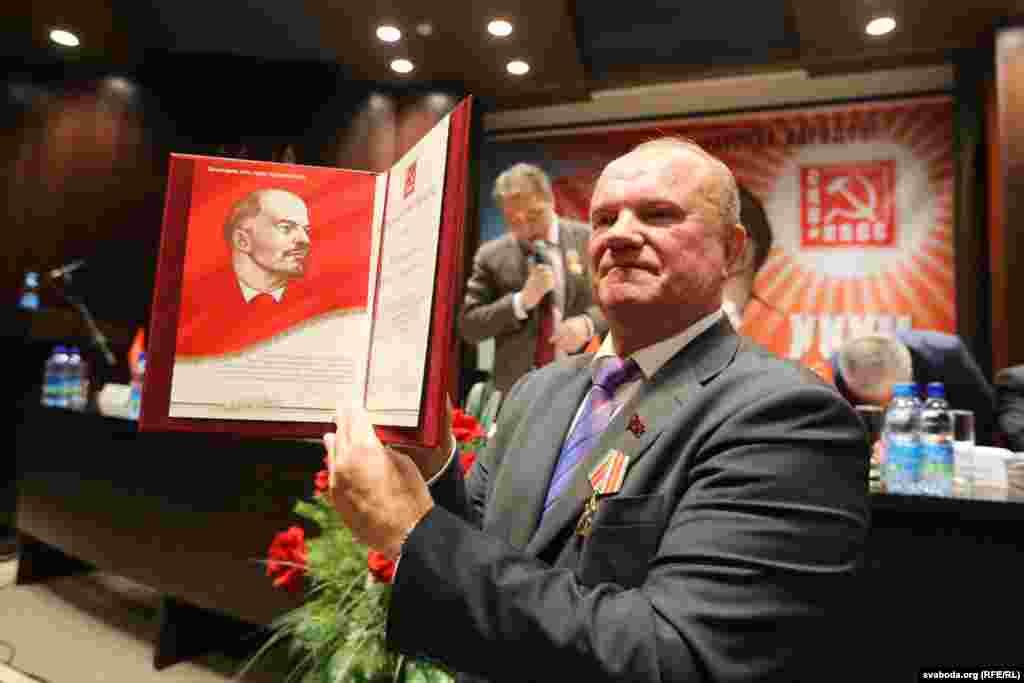 Геннадій Зюганов показує грамоту Миколи Слюнькова