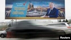 Предвыборный билборд кандидата в президенты и президента Казахстана Нурсултана Назарбаева. Алматы, 14 апреля 2015 года.