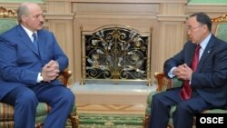 Президент Беларуси Александр Лукашенко на встрече с председателем ОБСЕ Канатом Саудабаевым. Минск, 30 марта 2010 года.