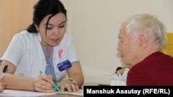 Маммолог Асем Тогызбаева (слева) консультирует женщину во время дня открытых дверей в Казахском научно-исследовательском институте онкологии и радиологии. Алматы, 22 октября 2016 года.
