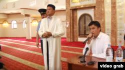 Аким Шымкента Габидулла Абдрахимов (справа) и служитель мечети на встрече с протестующими 27 июня.