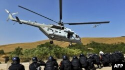 Pjesëtarë të KFOR-it gjatë ushtrimeve të së premtes në kampin e Vrellës