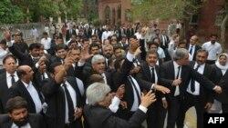 Юристы в Квете протестуют против нападения на их коллег, 8 августа 2016 года.