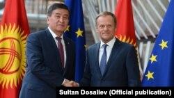 Қырғызстан президенті Сооронбай Жээнбеков Еуропа комиссиясының басшысы Дональд Тускпен кездесіп тұр. Брюссель, 12 сәуір 2018 жыл.