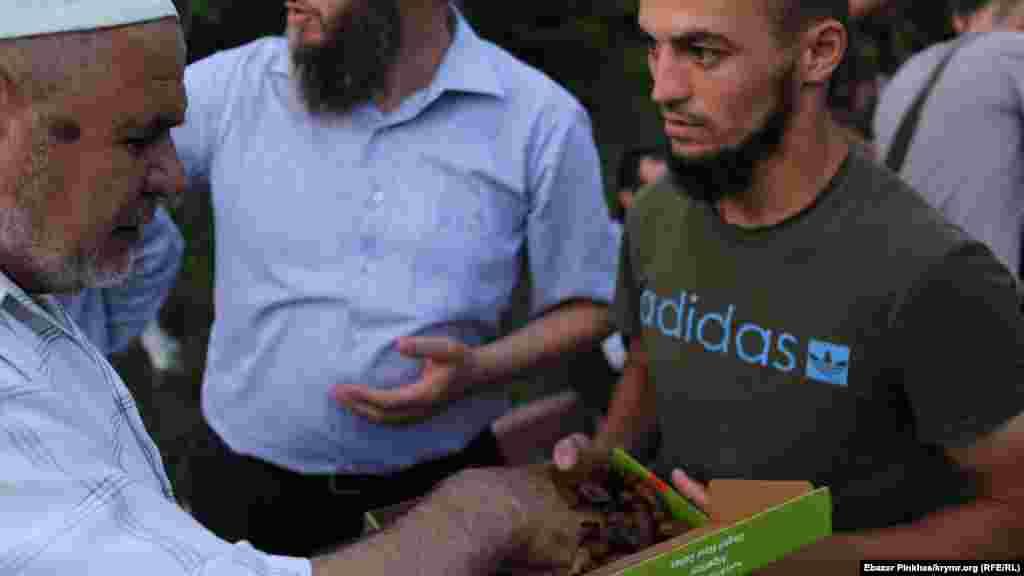 Ramazan ayında musulmanlar aş-suvdan vazgeçe. Kün batqan soñ hurma ve suvnen ağız açalar