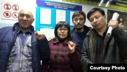 Активисттер Алматы сотунун имаратында.