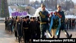Тәуелсіздік монументіне гүл қойып жатқан жұрт. Алматы, 16 желтоқсан 2012 жыл. (Көрнекі сурет)