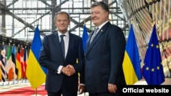 Ukrainian President Petro Poroshenko (right) meets with European Council President Donald Tusk in Brussels on June 22.