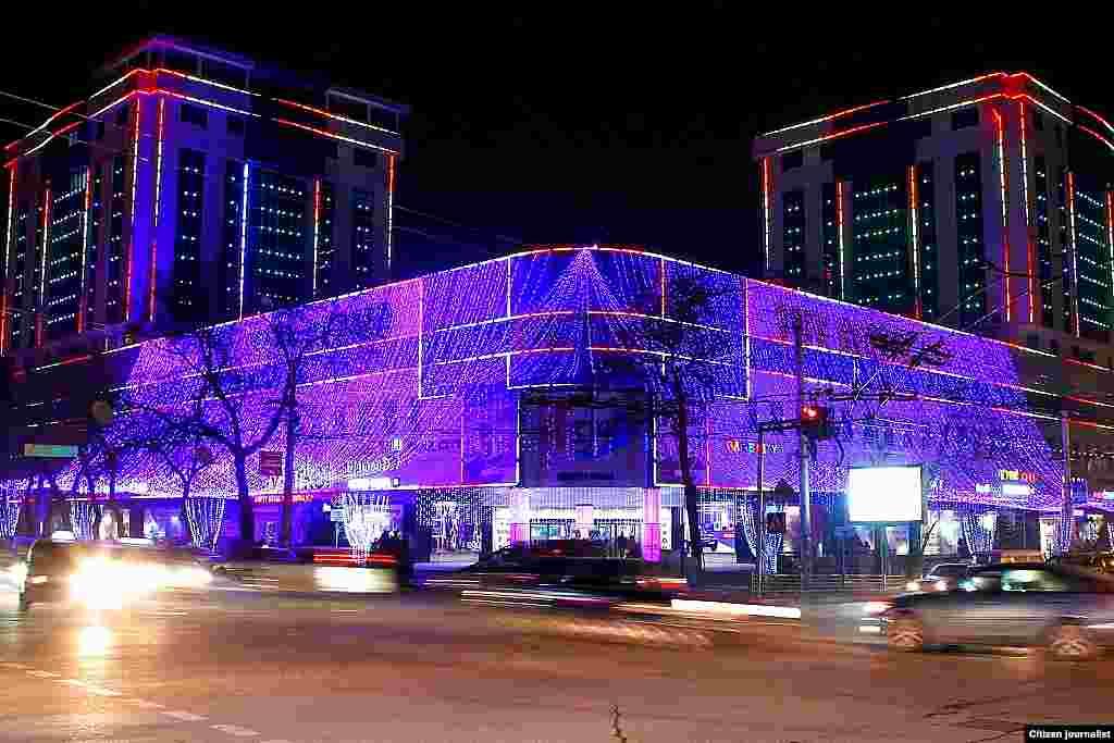 """Бишкек шаардык мэриясы имараттар арасында сырткы жасалгалар конкурсун дагы өткөргөн. Жыйынтыгында 1-орунга ээ болгон """"Вефа центр"""" соода борборунун кечки көрүнүшү."""