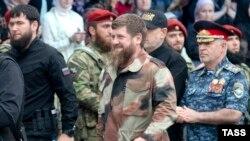 Глава Чечни Рамзан Кадыров (в центре)