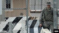 АҚШ давлат котиби ёрдамчиси Роберт Блейк Қирғизистон муваққат ҳукумати билан Бишкекдаги транзит маркази масаласини муҳокама қилмоқда.