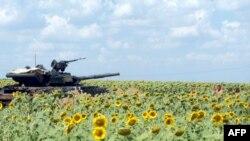 Украинский танк на позициях под Донецком