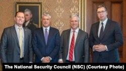 Роберт О'Брайен (второй справа) с лидерами Сербии и Косова.