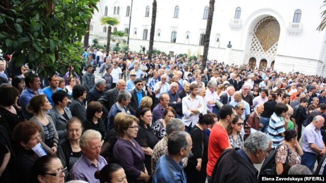 Several thousand people demonstrated outside the building protesting the government's complacency and demanding reforms.