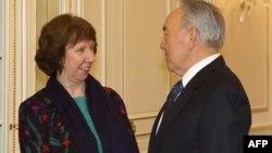 Комиссар Евросоюза по внешней политике Кэтрин Эштон (слева) и президент Казахстана Нурсултан Назарбаев. Алматы, 25 февраля 2013 года.
