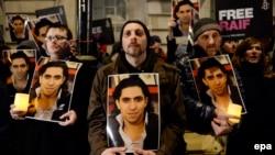 تصویری از اعتراض گروهی از شهروندان بریتانیا به محکومیت رائف بدوی