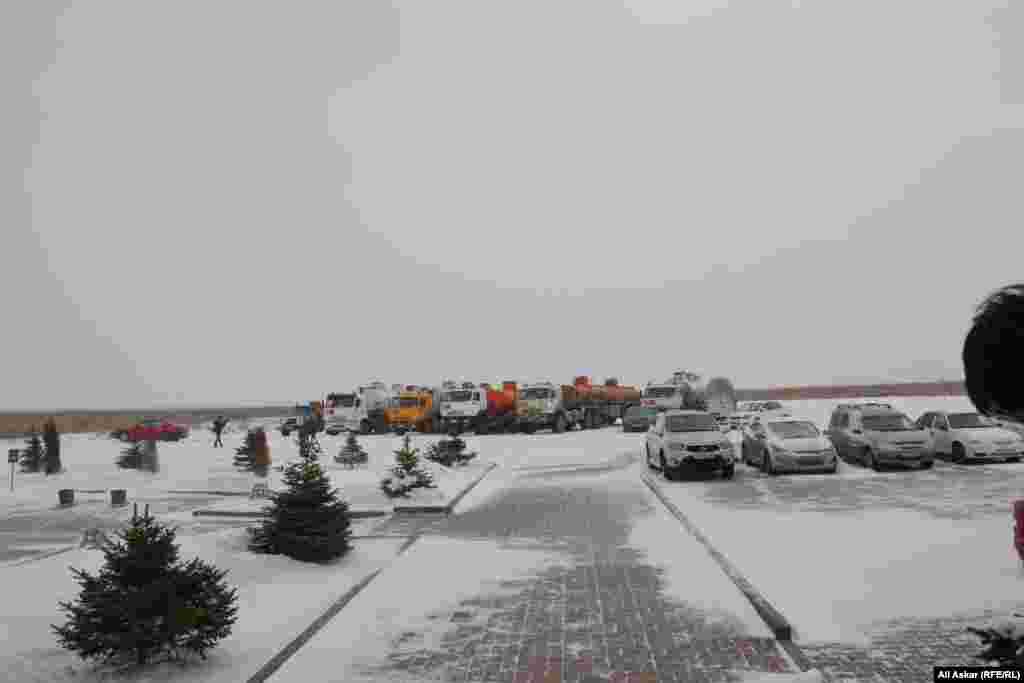 Заблокированные автомобили на месте спецоперацииКНБ в районе нефтеперерабатывающего завода.