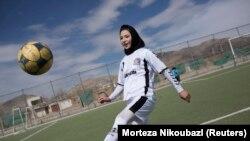 Egy női focista edz Kabulban 2014. márciusában.